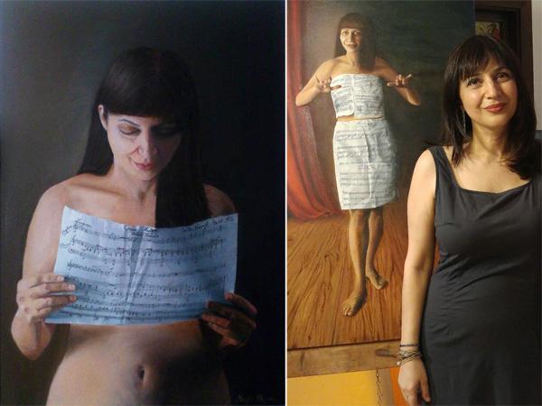 מימין: מגי רום על רקע עבודה בתערוכה; משמאל: דיוקן עצמי, שמן על בד.