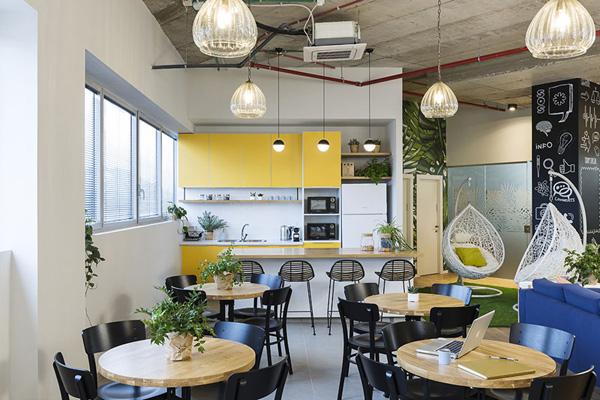 מבט על פינת האוכל והמטבח. צילום: רז רוגובסקי
