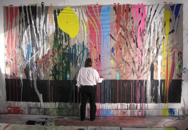 וויל אלסופ על רקע אחת מעבודותיו בסטודיו. צילום באדיבות All Design