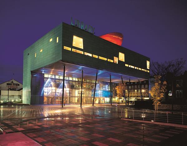 כניסת העמודים לספריית פקהאם, לונדון, 2000. צילום: Roderick Coyne