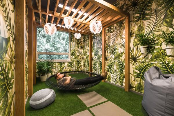 חדר מנוחה באווירת חצר עם פרגולה. צילום: Patryk Lewiński, Brain Embassy