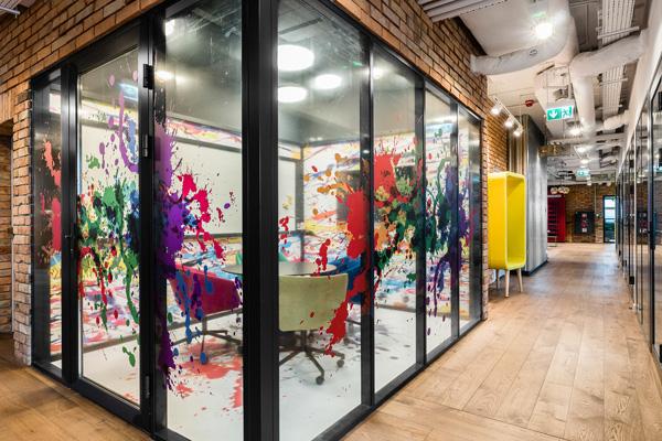 חדר ישיבות במחווה לצייירים. צילום: Patryk Lewiński, Brain Embassy