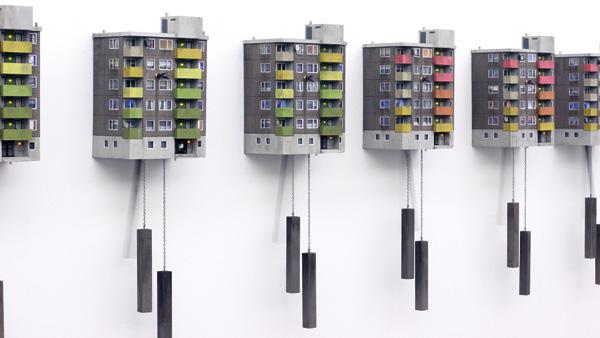 סדרת שעונים היוצרת בלוק משל עצמה. צילום: Guido Zimmermann