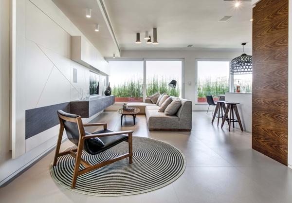 תכנון ועיצוב סלון ומדיה ברהיט מרחף לאורך קיר ראשי. צילום: ניצן הפנר