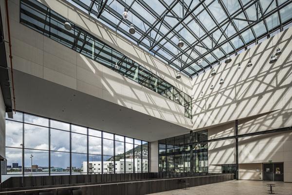 גג זכוכית וקירות שקופים לכל אורך הכניסה. צילום: Tomasz Majewski Photography