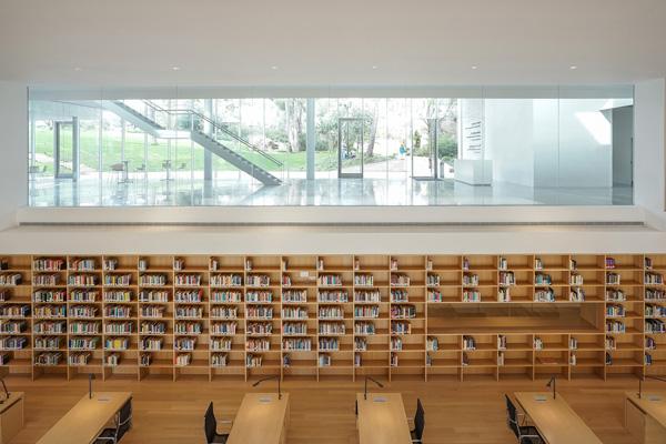 אקדמית פולונסקי - הספריה עם מבט על הכניסה התחתונה. צילום: ארדון בר-חמא