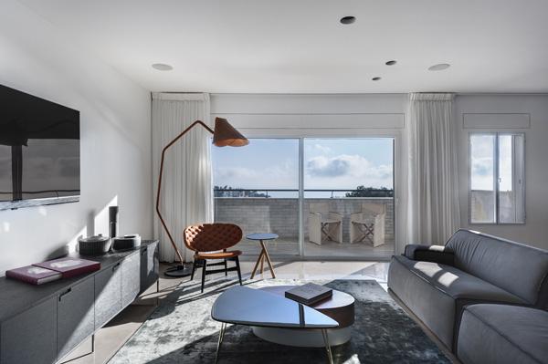 מבט אל הסלון ואל הנוף. תכנון: אדר