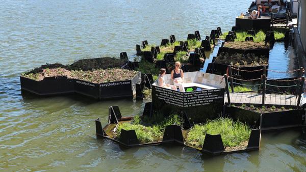 הפארק הצף, עם מקום ישיבה ציבורי. צילום: Recycled Island Foundation