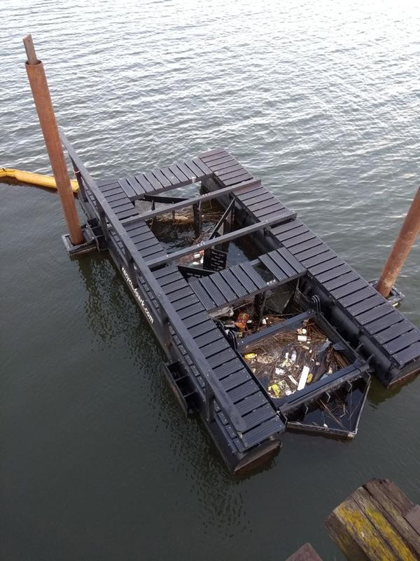 המתקן הצף לוכד את הפלסטיק באמצעות זרם הנהר. צילום: Recycled Island Foundation