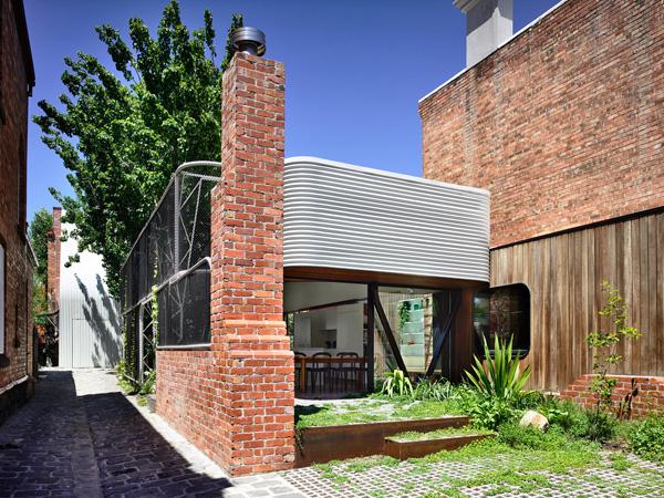 הכניסה מהחצר לחלל המגורים. תכנון: Austin Maynard Architects, צילום: Derek Swalwell