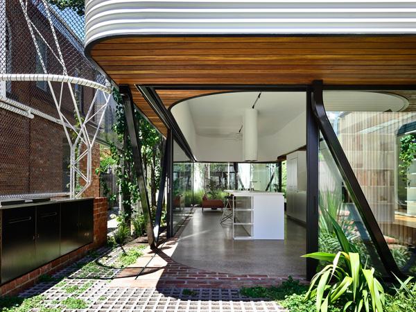 מעבר טבעי בין החצר למטבח. תכנון: Austin Maynard Architects, צילום: Derek Swalwell