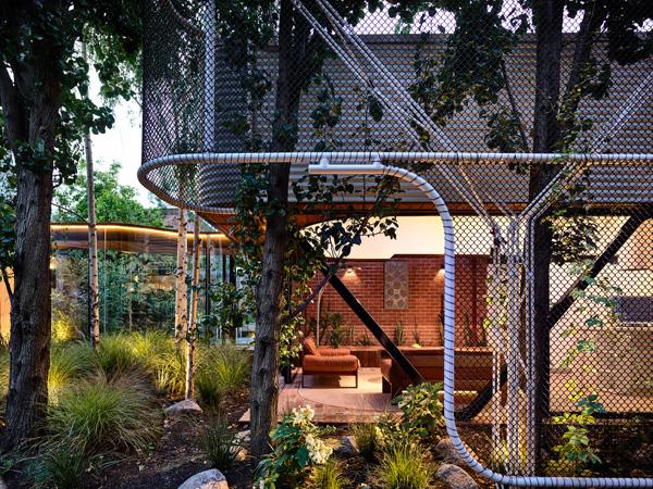 פארק-כיס בין הבתים הטוריים. תכנון: Austin Maynard Architects, צילום: Derek Swalwell