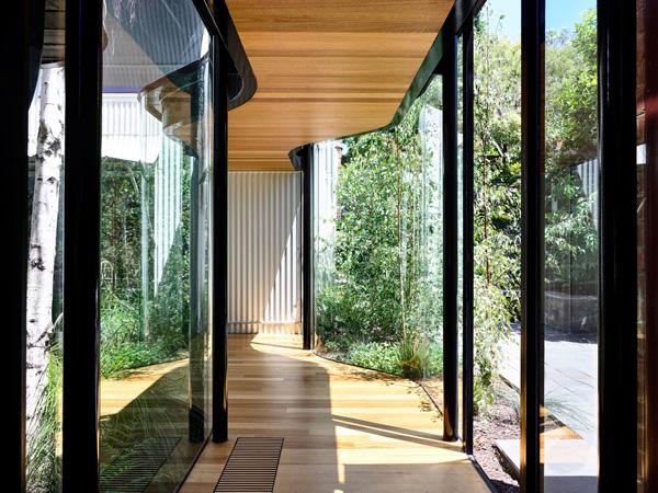 מסדרון אור עם מעבר בין החללים. תכנון: Austin Maynard Architects, צילום: Derek Swalwell