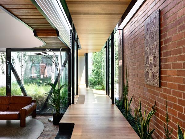 הגינה פורצת אל תוך הבית. תכנון: Austin Maynard Architects, צילום: Derek Swalwell