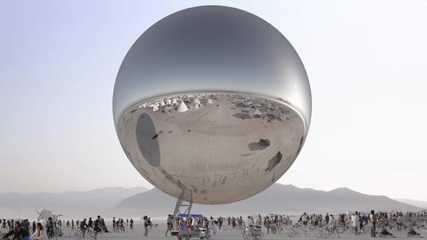 כדור המראות משקף את הסביבה המדברית ואת באי הפסטיבל. הדמיה באדיבות: Bjarke Ingels & Jakob Lange