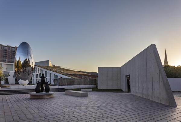 כיכר הפסלים בקרית המוזיאון MFAH. צילום: Richard Barnes