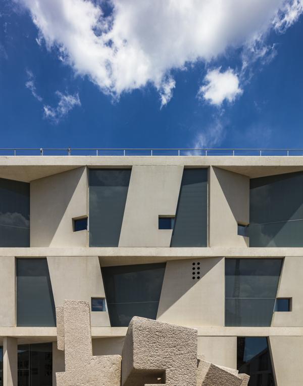 לוחות בטון משתלבים במשטחי זכוכית. צילום: Richard Barnes