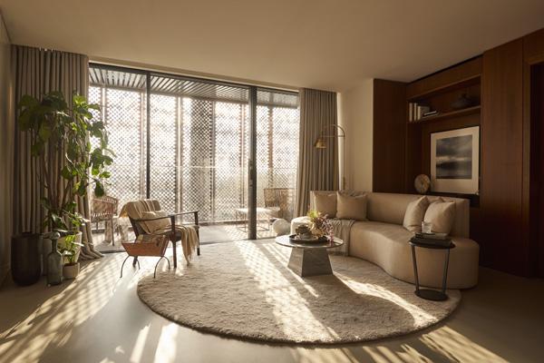 הסלון בדירת שלושת החדרים. עיצוב: משרד NO.12 צילום: Tina Hillier