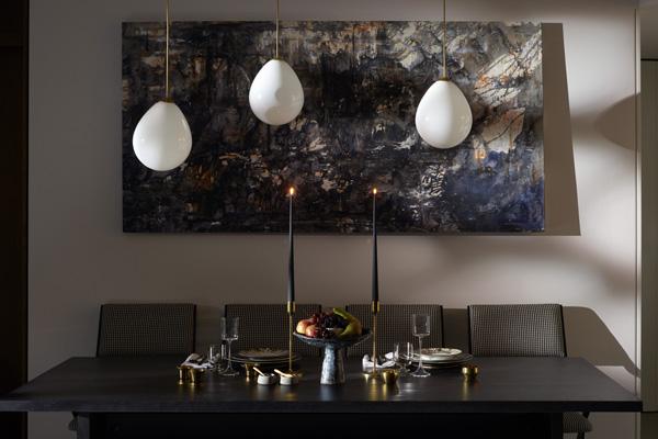 פינת האוכל בדירת שלושת החדרים. עיצוב: משרד NO.12 צילום: Tina Hillier