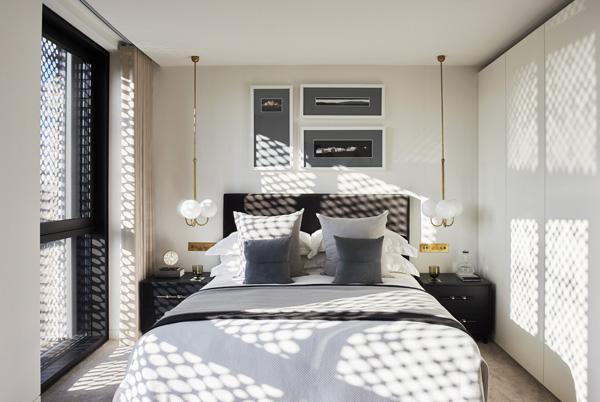 חדר השינה בדירת שלושת החדרים. עיצוב: משרד NO.12 צילום: Tina Hillier