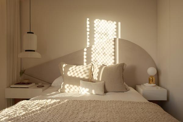 חדר השינה בדירת שני החדרים. עיצוב: משרד NO.12 צילום: Tina Hillier
