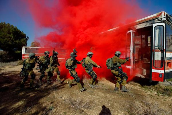 לוחמי יחידת העילית סיירת מטכל במהלך אימון השתלטות על אוטובוס, נובמבר 2017. צילום: זיו קורן