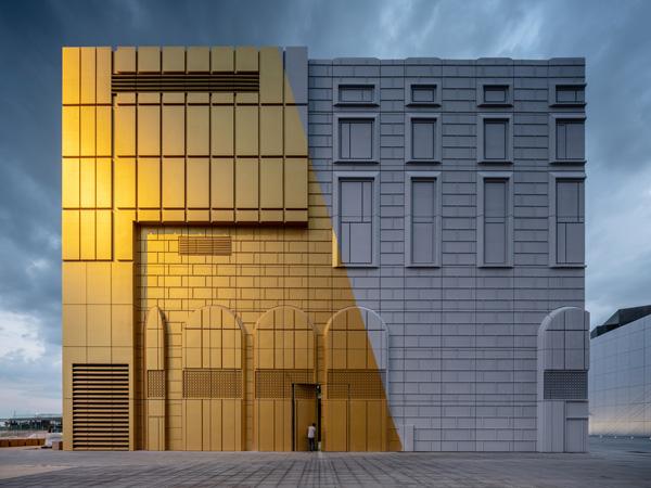 הבנין הצבוע בזהב בוהק, The Imprint. תכנון: MVRDV. צילום: Ossip van Duivenbode