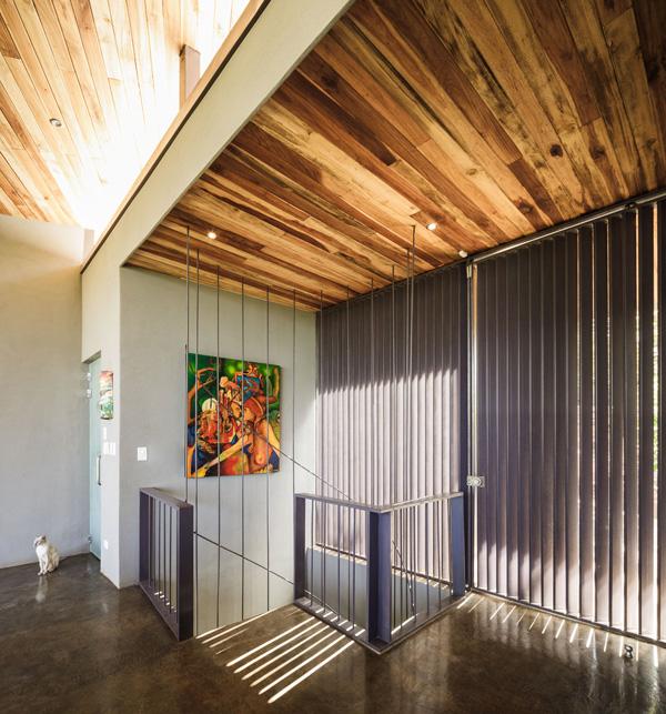 המדרגות המחברות בין המפלסים. תכנון: LSD Architects. צילום: Fernando Alda