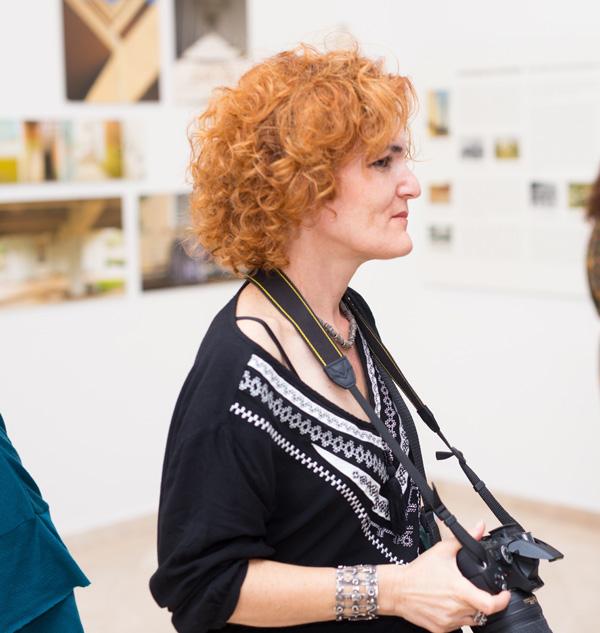 הדס שדר, מאוצרות התערוכה חלומות מבטון מוזאון הנגב לאמנות. צילום: לוקו גרופ