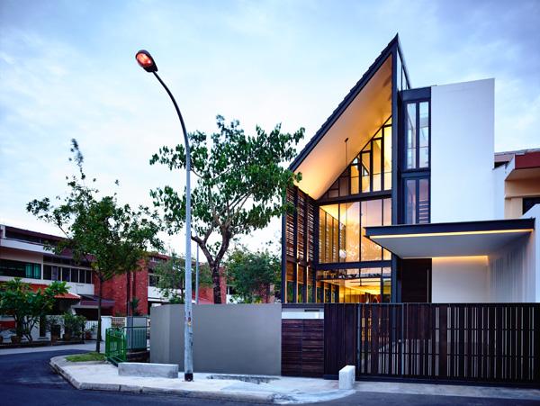 מבט לכניסה לבית מהרחוב. תכנון: HYLA Architects. צילום: Mr. Derek Swalwell