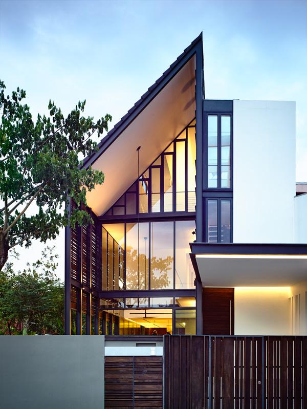 המרפסת עם הכניסה לחלל המגורים הכפול. תכנון: HYLA Architects. צילום: Mr. Derek Swalwell