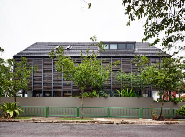 החזית המחופה במסך העץ הפונה לרחוב. תכנון: HYLA Architects. צילום: Mr. Derek Swalwell