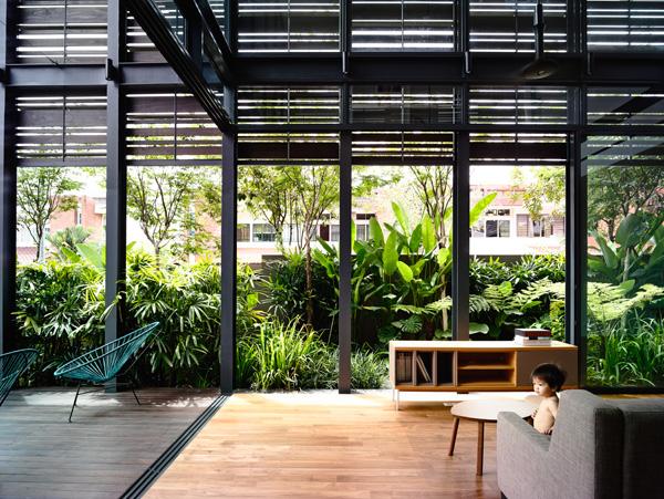 הויטרינה מכניסה אור, אוויר וטבע הביתה. תכנון: HYLA Architects. צילום: Mr. Derek Swalwell