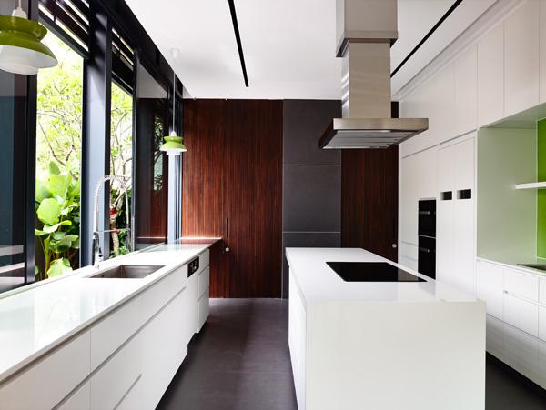 מבט אל המטבח. תכנון: HYLA Architects. צילום: Mr. Derek Swalwell