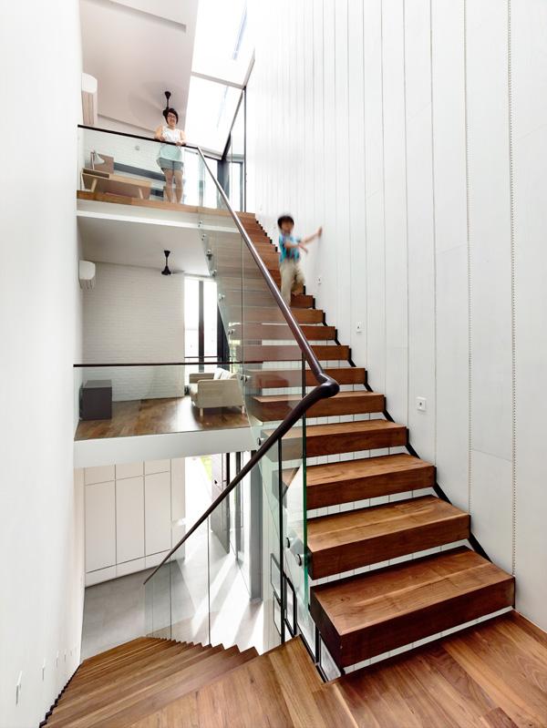 המדרגות המטפסות מקומת המגורים לעליית הגג. תכנון: HYLA Architects. צילום: Mr. Derek Swalwell