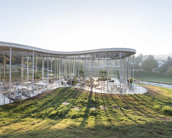 בית הקפה בגן סאקר בירושלים. תכנון: יניב פרדו אדריכלים. צילום: עמית גושר