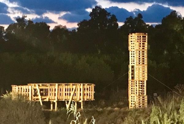 עבודה משותפת של יובל דניאלי ויוסי וסיד, קיבוץ שוכב, קיבוץ עומד, מיצב מפלטפורמות עץ על גדת נחל אלכסנדר, קיץ 2017