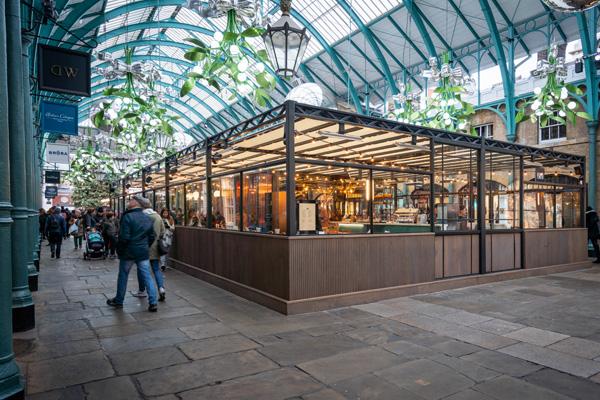 המסעדה עומדת חופשי במתחם הקובנט גרדן. תכנון: Michaelis Boyd. צילום: Gavriil Papadiotis