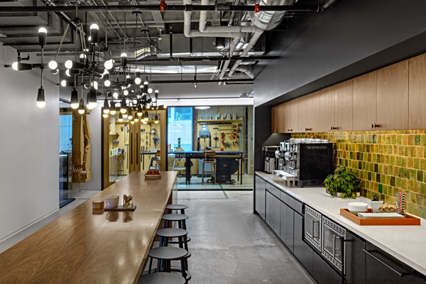 המטבח על רקע חדר בניית המודלים. תכנון: Rapt Studio. צילום: Eric Laignel