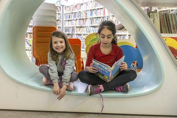 ילדות קוראות ספר בתוך רהיט קריאה צילום: מאיר שפירא