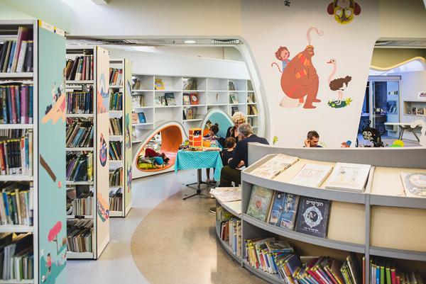 חלל הספריה מקושט באיורים מתוך התערוכה צילום: אמנון חורש