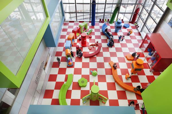 """פינת משחק בבית החולים לילדים ע""""ש רפפורט, בית חולים רמב""""ם. תכנון: שרון אדריכלים. צילום: זאב ביץ"""