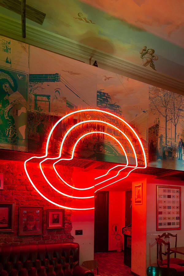 המיצב של קולקטיב זירו בלבם של חיי הלילה בעיר. צילום: norbert tukaj