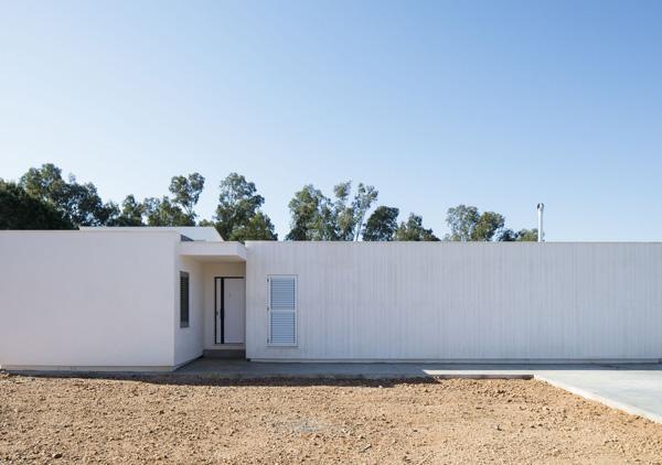 הבית ממוקם באיזור מבודד ומרוחק מהשכנים, צילום: Fernando Alda