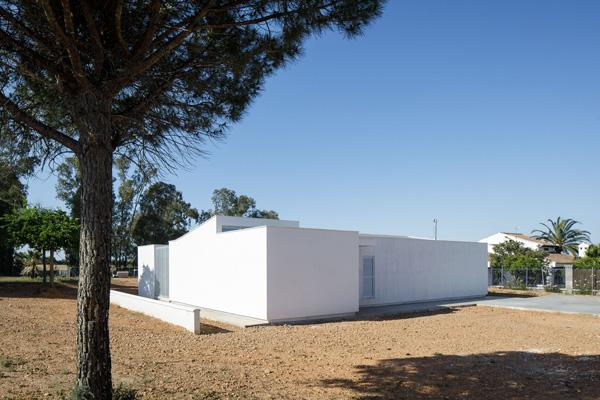 הבית ממוקם על מגרש המרוחק מהשכנים , צילום: Fernando Alda