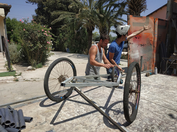 סטודנטים בהכנות מירוץ הכרכרות באוניברסיטת אריאל, צילום: באדיבות אוניברסיטת אריאל