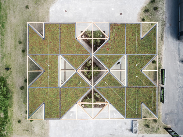 גג התחנה מכוסה בצמחיה ובפאנלים סולריים, צילום:COBE and Rasmus Hjortshøj - COAST