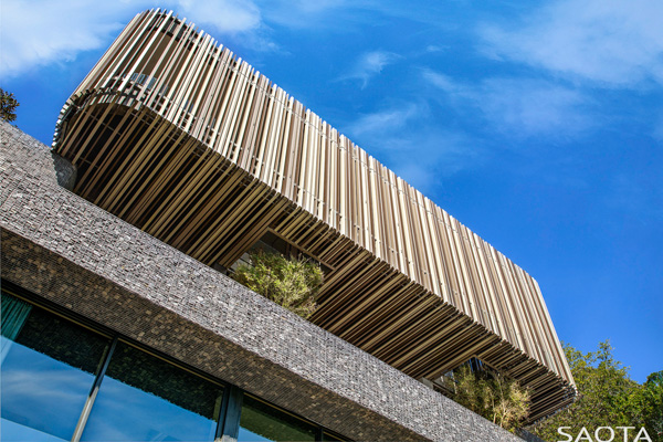 פתחים ברצפת המרפסת מאפשרים לצמחיה להמשיך ולצמוח מעלה בצורה טבעית