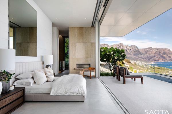 בניגוד לשאר המבנה, חדר השינה בהיר ואוורירי ומעוצב בחמרי גלם שונים