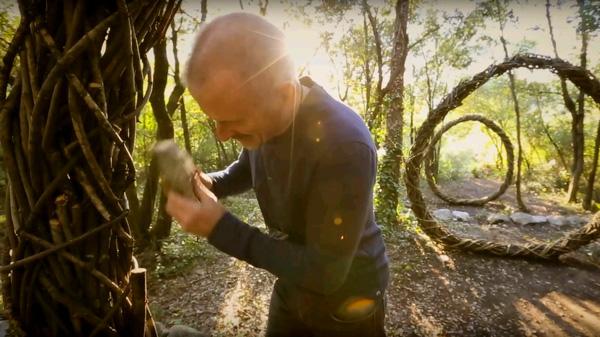 בייליס בזמן עבודה עם אבן המשמשת כפטיש, צילום מסך: יוטיוב